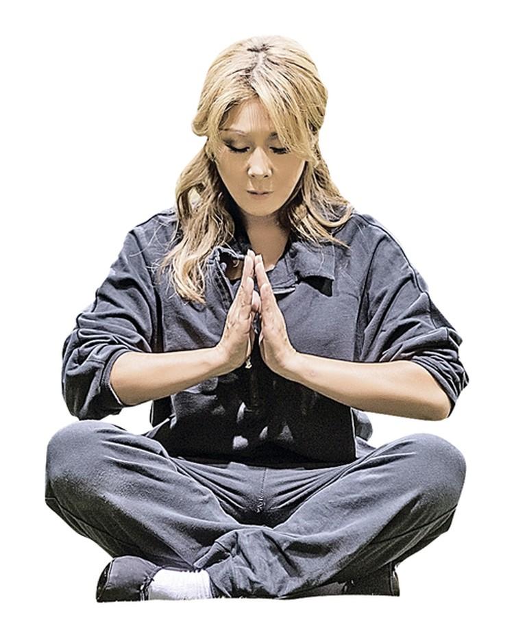 В позе полулотоса Анита Цой готовится к старту. Здесь самое главное - спокойно и медленно дышать.