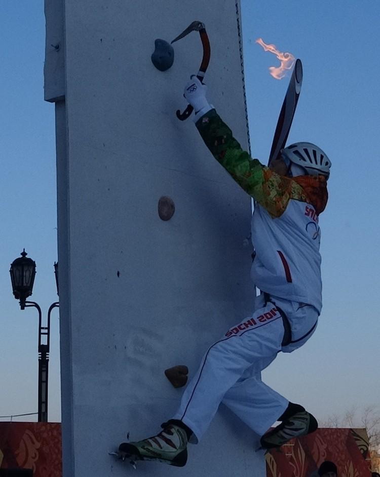 Чемпион-ледолаз Радомир Прощенко поднял Олимпийский огонь на Мост влюбленных.