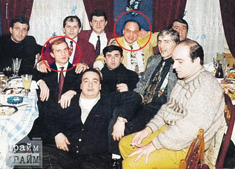 На этом снимке начала 90-х Мелкадзе (в кружке слева)  за одним столом с Автандилом Чихладзе (в кружке справа), в убийстве которого  его подозревали. Интересно, что из всех людей на снимке в живых остались лишь двое. Оба - в колонии.