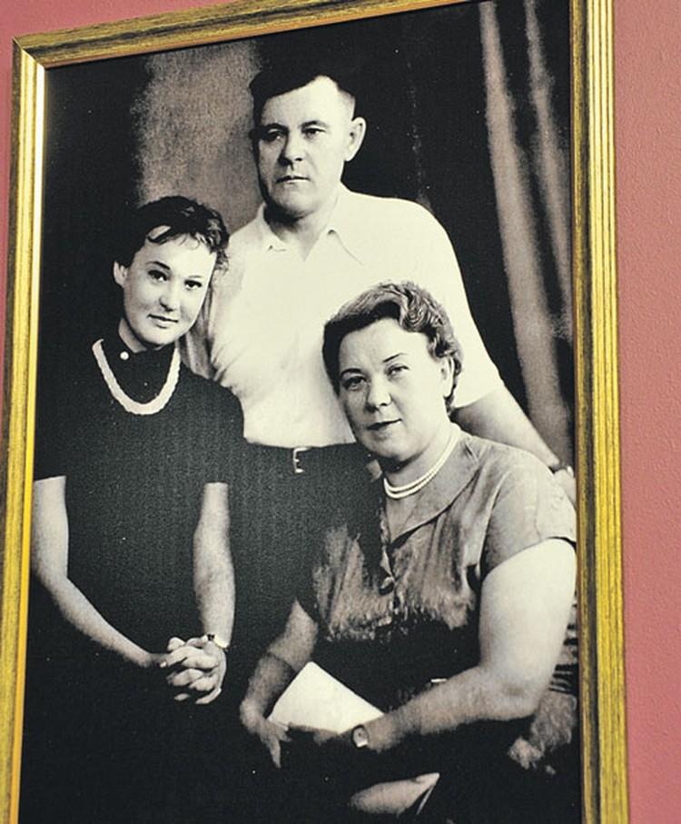 Актриса с отцом Марком Гавриловичем и мамой Еленой Александровной. На фото юной Люсе 16 лет.