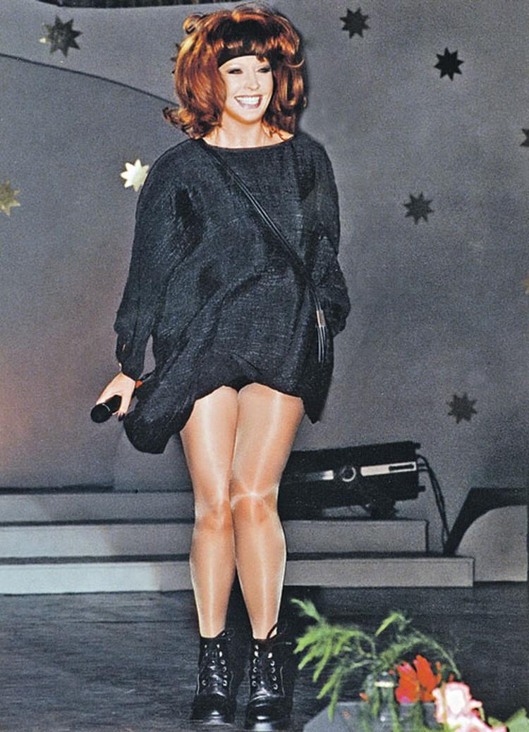 Певица всегда старалась выглядеть эффектно. С каждым годом ее юбки  становились все короче.