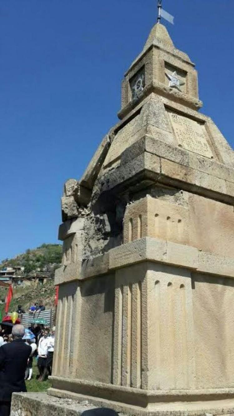 Несмотря на взрыв, у памятника все равно прошли празднования Дня Победы.