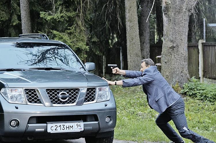 Верные помощники Антона в борьбе со злом - пистолет и джип, который герой называет Коньком-горбунком.