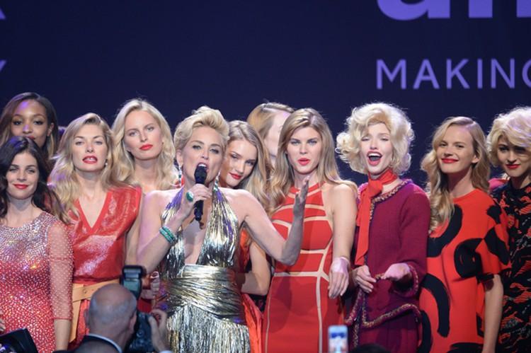 За один вечер актриса показала два платья, сменив красный наряд на золотистое плиссированное платье от Roberto Cavalli.