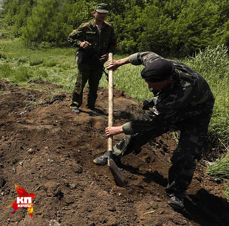 Сейчас за Карачуном (высота, занятая украинскими войсками) новые могилы копают... Потом про убитых опять скажут, что «дезертировали». Удобно, чо - платить семьям не надо