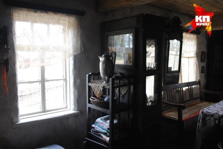 На столе, как водится, самовар, вязаные скатерти, на окнах - пожелтевшие занавески.
