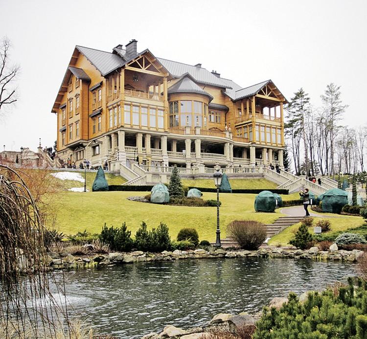 Резиденция Виктора Януковича «Межигорье» выглядит куда скромнее.