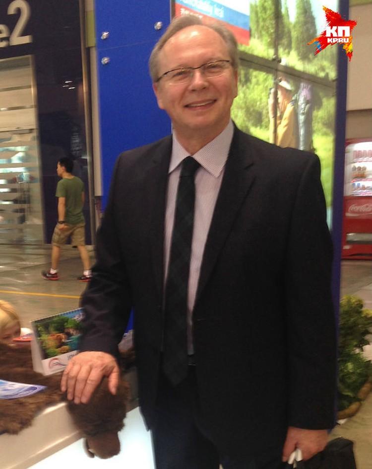 Валерий Коровкин, начальник отдела международного сотрудничества Ростуризма, перед открытием выставки в Сеуле. Погладить мишку - это к удаче