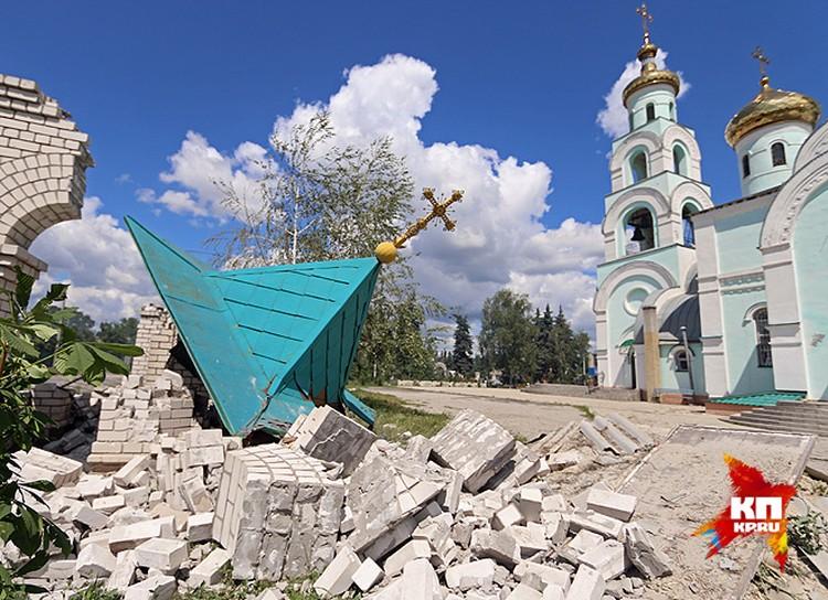 Разбитая часовня при храме Серафима Саровского