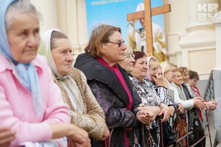 Местные бабушки молятся на Розарии