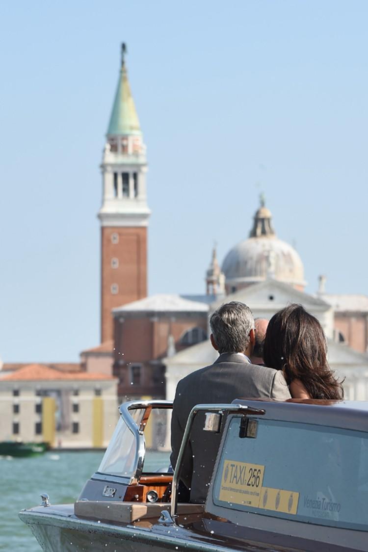 По словам Клуни, они с Амаль решили пожениться в Венеции, потому что впервые встретились в этом городе.