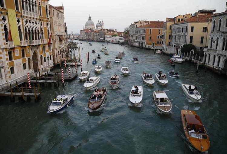 Вслед за гостями на десятках лодок следовали фотографы, за ними - катера полиции.