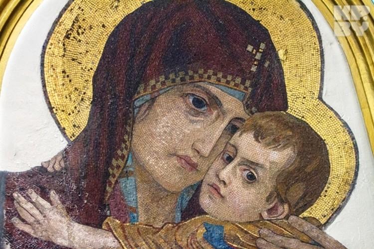 Богородица выглядит как живая - так точно мозайчисты передали кисть художника.