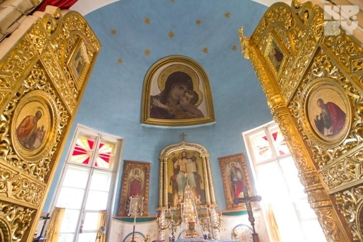 Во время службы все прихожане могут видеть сохранившуюся мозаику Васнецова.