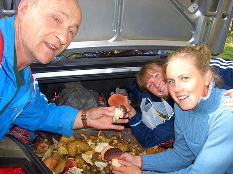 Яна со своим тренером Владимиром Анисимовым на сборе грибов в начале 2000-х.     Фото: Личный архив Марии Романовой