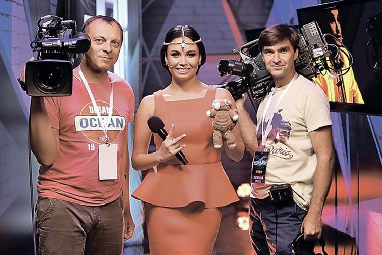 В новом шоу участников за кулисами встречает Ляйсан. И пара операторов. Фото: канал ТНТ.