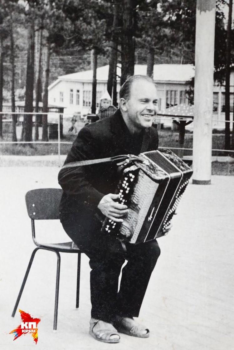 Будучи известным композитором, Евгений Родыгин выступал не только перед первыми лицами государства. Здесь, например, он запечатлен во время одного из концертов для пионеров из Сысерти. ФОТО: из личного архива семьи Родыгиных