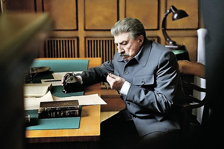 В мини-сериале «Товарищ Сталин» (2011 год) Сергей Юрский играл роль «вождя народов», намеренно отказавшись от характерного акцента и привычной мимики, сконцентрировавшись насути персонажа, ане внешних атрибутах. Фото: кадр из фильма.