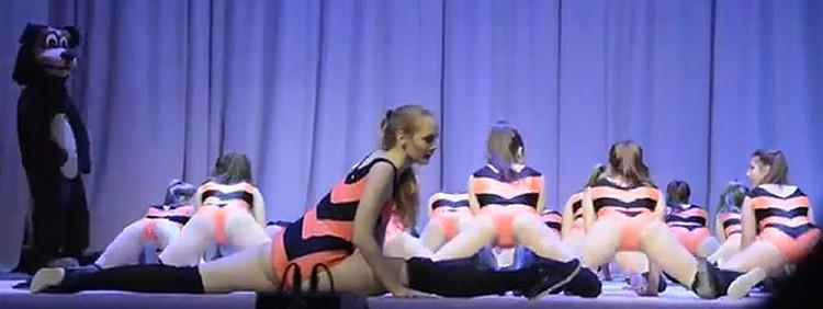 В финале номера девушки сбрасывают символические юбки.