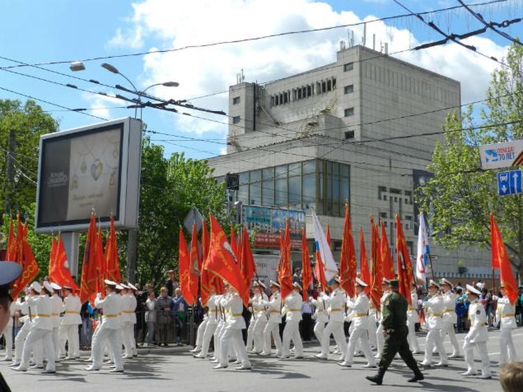 Военные прошлись в белоснежных кителях по площади Ленина