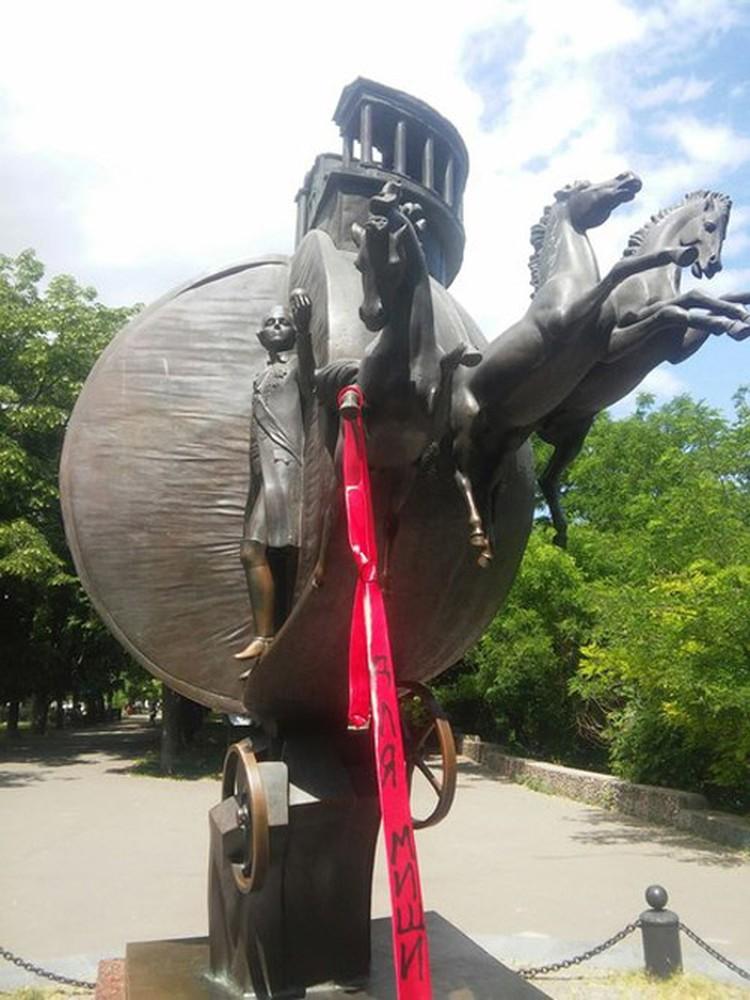 Красные галстуки в Одессе уже в дефиците Фото: vk.com