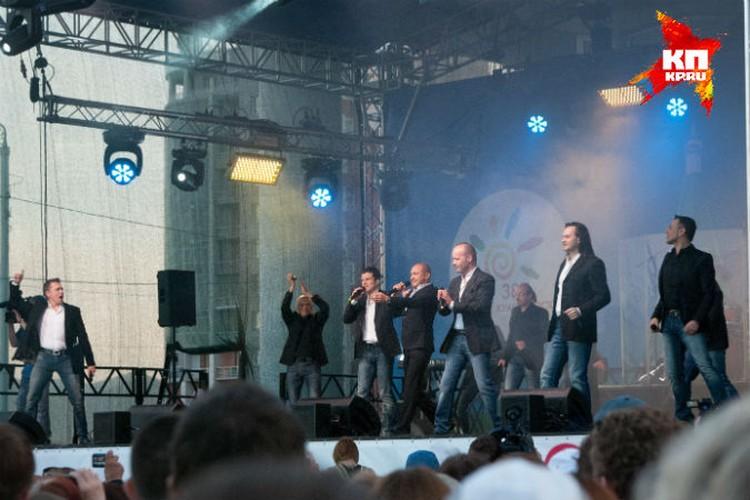 """Уникальный коллектив стал гвоздем праздника - буквально """"взорвал"""" всю Театральную площадь!"""