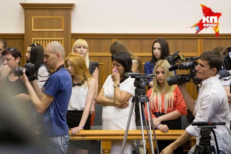 Приговор выбил мать Максима Валишина (в центре) из колеи