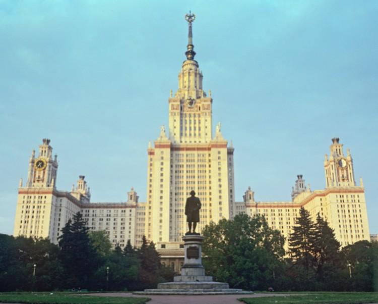 Именем Ломоносова назван самый главный вуз страны.