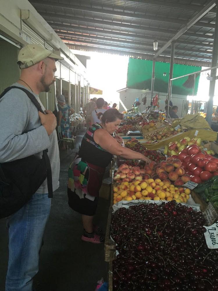 Рынок в Алуште - место, где начинают расти цены и не принято торговаться. Примерно 20% черешни, которую сейчас насыпает бабушка, ушло в мусорное ведро. Совпадение? Не думаю!