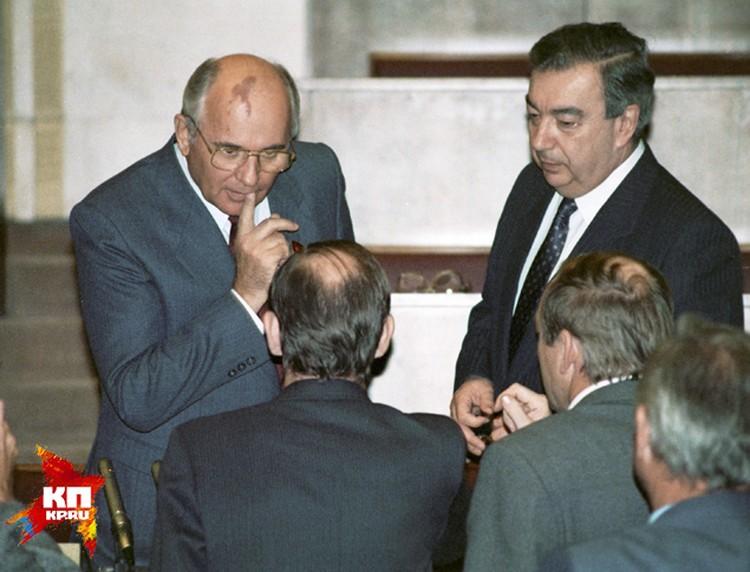 Горбачёв сделал много хорошего. Почему у многих к нему осталось негативное отношение? Потому что его имя связывают с разрушением Советского Союза