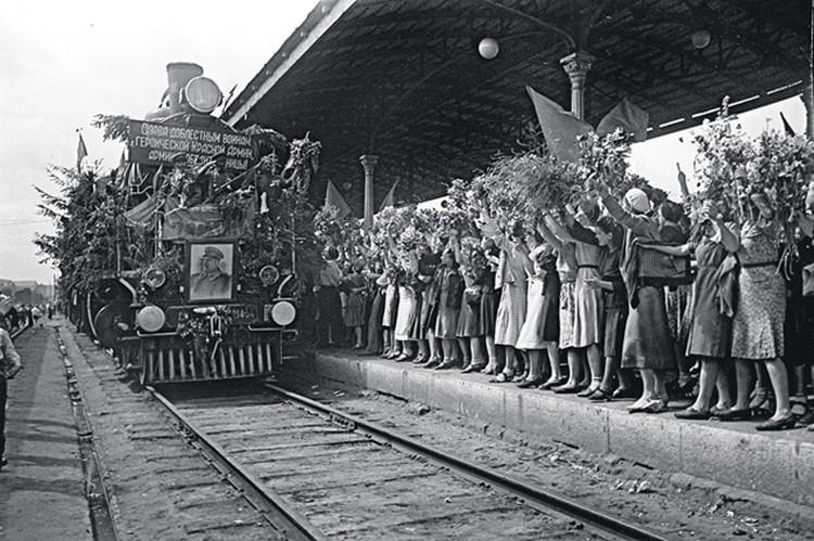 Так оно и произошло! В мае 1945-го наши солдаты-победители  с триумфом вернулись домой из поверженного Берлина.