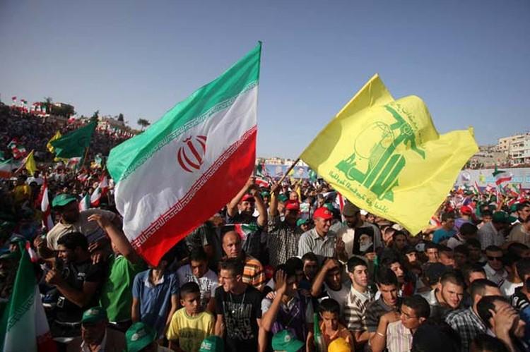 Вместе со сторонниками «Хезболлы» на митинге в Бинт-Джубайле присутствует иранский президент Махмуд Ахмадинежад.