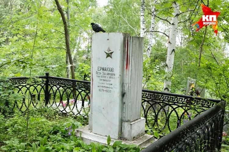 Могила Петра Ермакова находится почти в самом центре Екатеринбурга - на Ивановском кладбище. Верующие периодически обливают надгробие краской