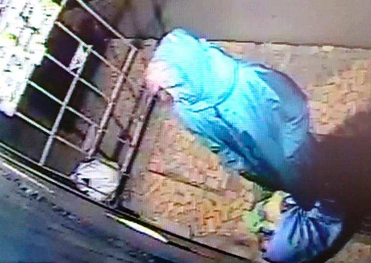 Пенсионерку с подозрительными пакетами сняла камера видеонаблюдения. Фото: камера видеонаблюдения