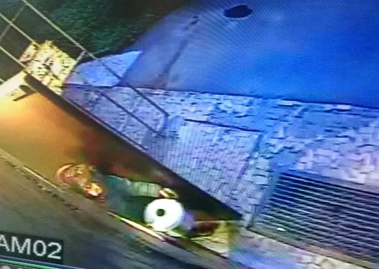 В кастрюльке пенсионерка вынесла голову, которую до сих пор так и не нашли. Фото: камера видеонаблюдения