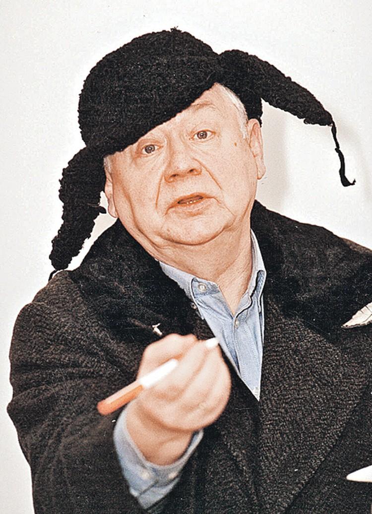 Олег Павлович, гениальный лицедей, любит петь, любит есть, театр понимает как «зов», как чувственное заражение одного человека другим и за своих сражается с бульдозерной хваткой. Об этом читайте в его книге «Моя настоящая жизнь».