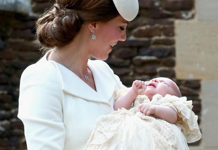 В итоге супруги нашли компромисс, угодив всем — они назвали дочку тройным именем Шарлотта Елизавета Диана.