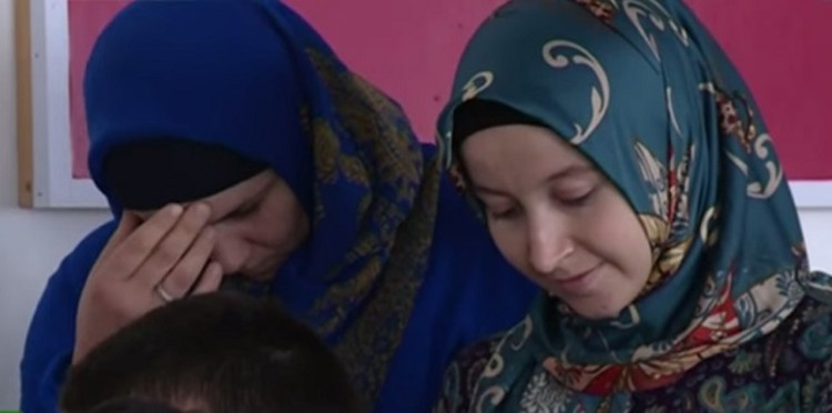 Вместе с парнями в Сирию пытались убежать и две девушки. Фото: телевидение ЧР.