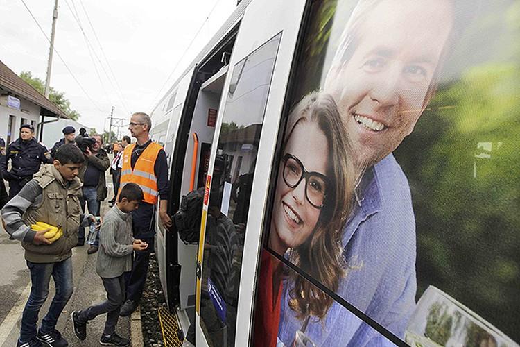 Из Австрии в Германию беженцы отправляются на комфортабельных поездах.