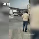 Люди ходят по колено в воде в Измире