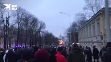 Протестующие идут по центру Москвы под песни Цоя