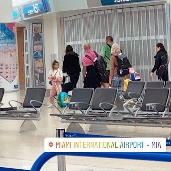 Джиган несет тяжелые сумки в аэропорту