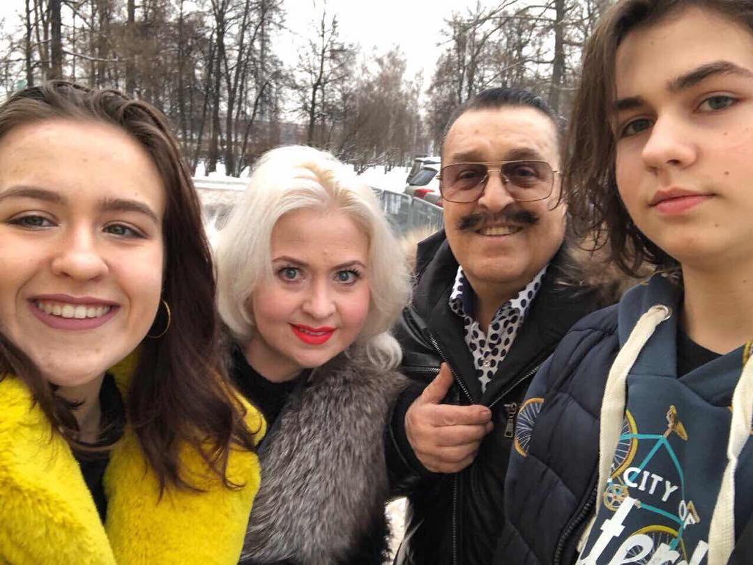 Вилли Токарев с младшими детьми и с женой