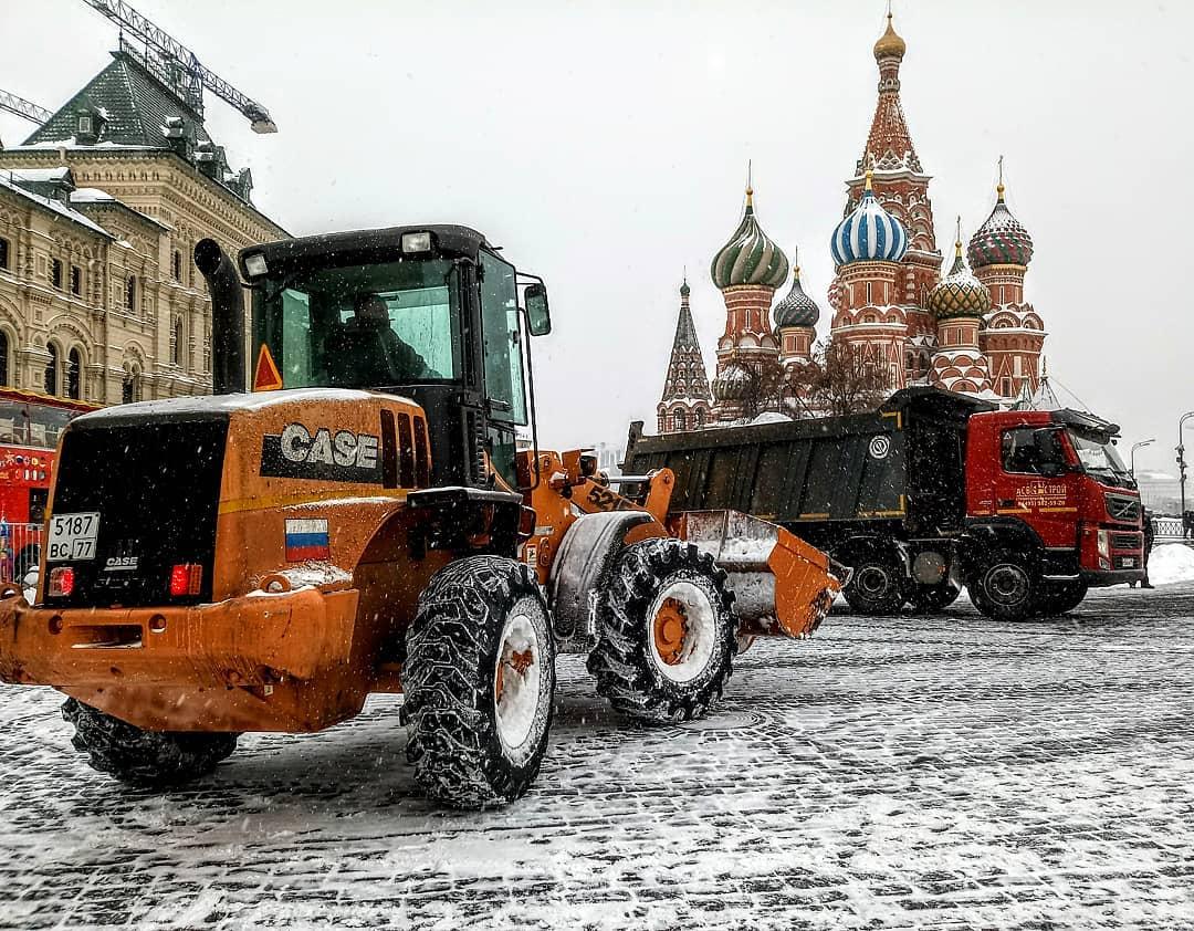 Снегопад вынуждает теххнику работать без остановки #снегопад #снегопадвмоскве #краснаяплощадь #снег #москва