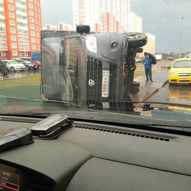 Полчаса назад...ветерок переворачивает машины #москвасити #ураган