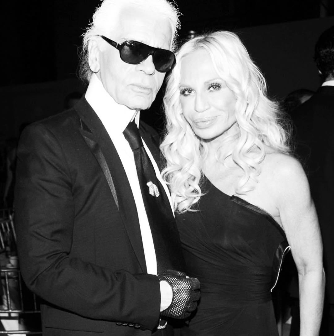 Одной из первых на кончину Карла Лагерфельда отреагировала глава дома Versace Донателла Версаче