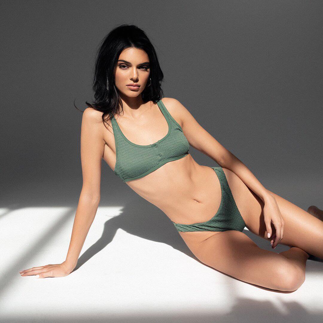 Кендалл сфотографировалась в зеленом бикини.