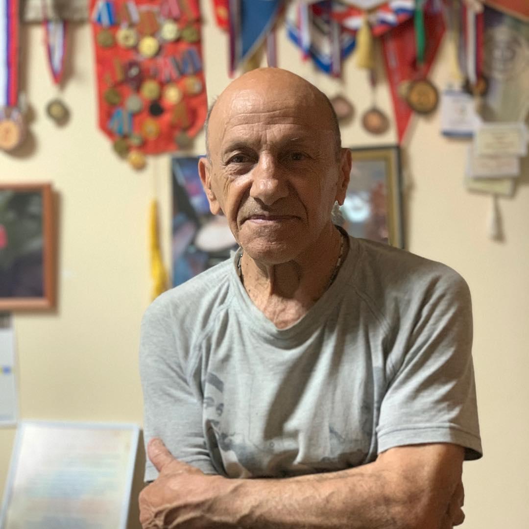 @pimenov.ru: Это Рафаэль Арменакович Акопян. Ему 77 лет. Последние 28 лет он руководит спортивно-патриотическим клубом АНТЕЙ на Военведе, улица Авиамоторная, 13, где бесплатно тренирует детей и делает много хорошего и доброго.