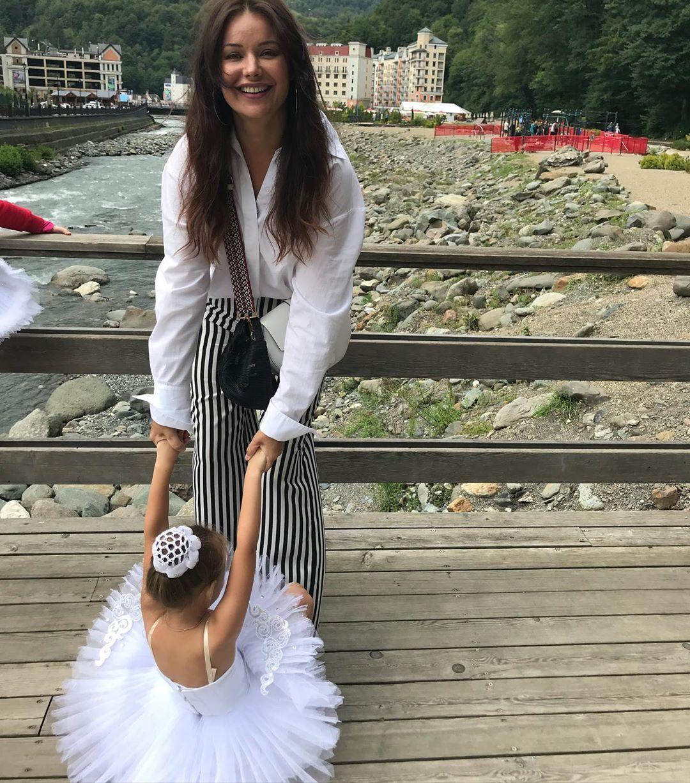 Оксана Федорова на отдыхе недает дочке забыть про балет. Фото: fedorovaoksana/Instagram