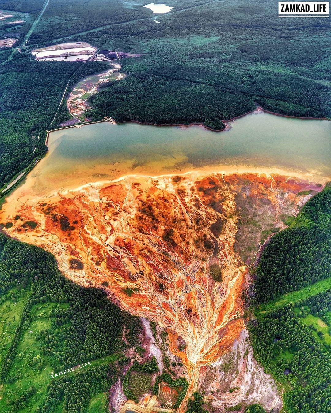 Загрязненный водоем рядом с поселком Левиха в Свердловской области